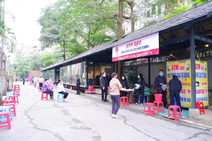 """Cây """"ATM gạo"""" của Caritas Hà Nội đã chính thức hoạt động!"""